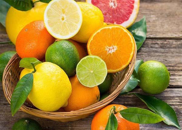 Hấp thu vitamin C giúp hỗ trợ sản sinh các axit mật, làm giảm cholesterol từ cam và chanh