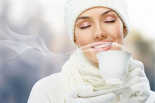 Lợi ích của việc uống nước nóng mùa thu đông như thế nào?