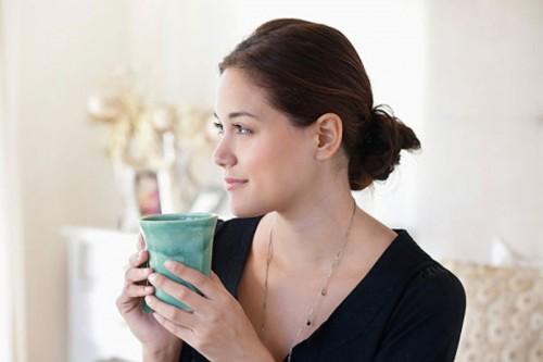 Uống nước ấm giúp giảm bớt căng thẳng thư gian đầu óc