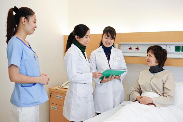 Điều dưỡng viên cần phải trực tiếp giao tiếp với bệnh nhân