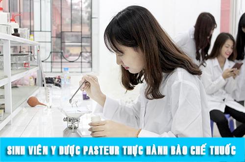 Sinh viên ngành Dược trong giờ thực hành thuốc